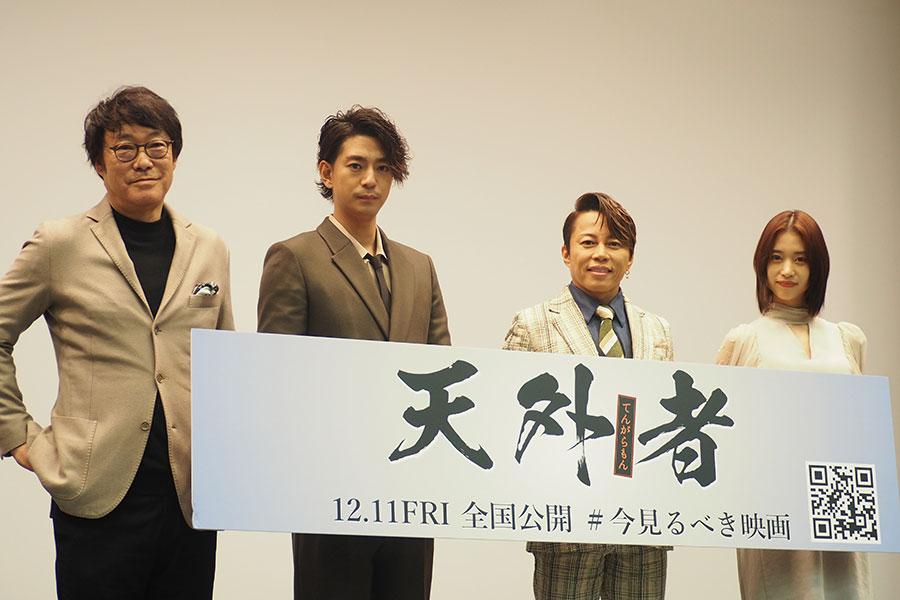 大阪完成披露イベントに登場した(左から)田中光敏監督、三浦翔平、西川貴教、森川葵(3日・大阪市内)