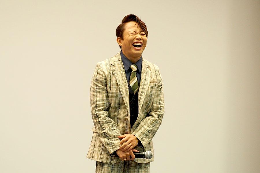 監督に「滋賀を代表するボディビルダー」と称され、思わず笑ってしまう西川貴教(3日・大阪市内)