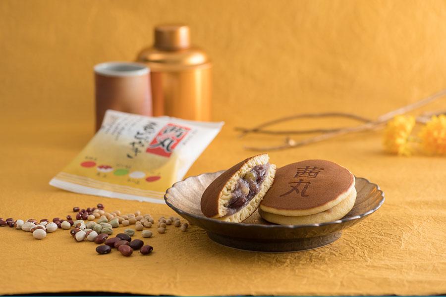 「茜丸」のロングセラー商品「茜丸五色どらやき」。五色の甘納豆(金時豆・虎豆・うぐいす豆・白小豆・小豆)が入っている
