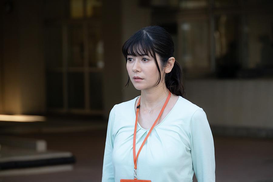 国語教師の浅村涼子を演じる、真木よう子(c)ktv