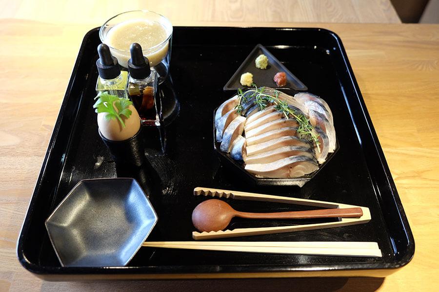 頬張る寿し「〆鯖」(2600円)は、浅めにしめた半身の鯖の下にしっかり味付けした酢飯をたっぷり。ほか昆布とかつおだしで煮込んだ野菜のポタージュ「すり流しぽたー汁(じゅ)」や煮卵がつく