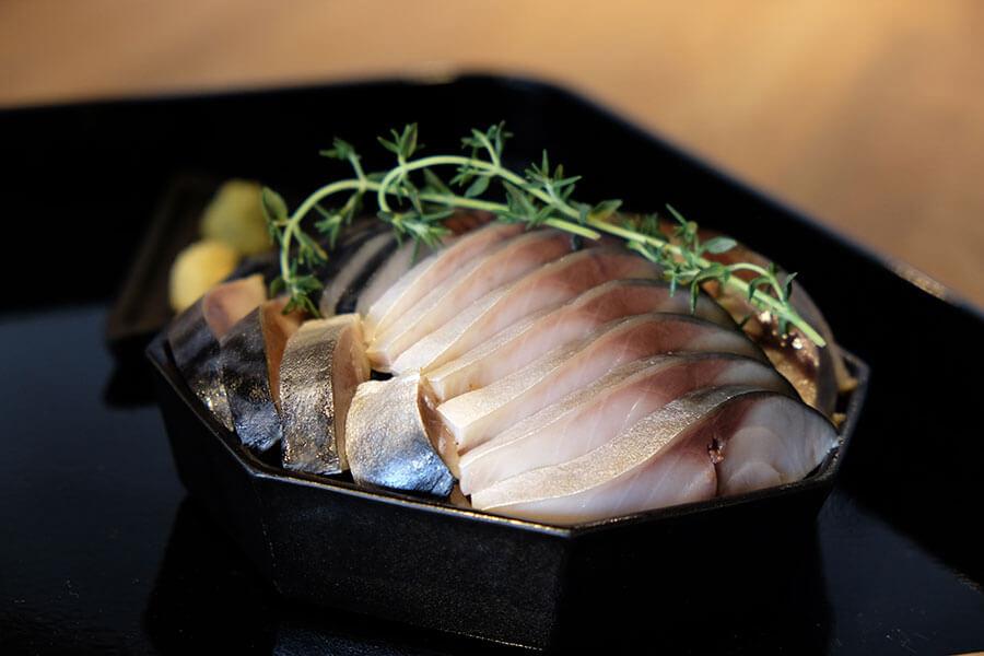 頬張る寿し「〆鯖」(2600円)。生姜や梅肉、わさびの薬味と、にんにく入りのねぎ油、だししょうゆで好みの味にカスタマイズする時間も楽しい