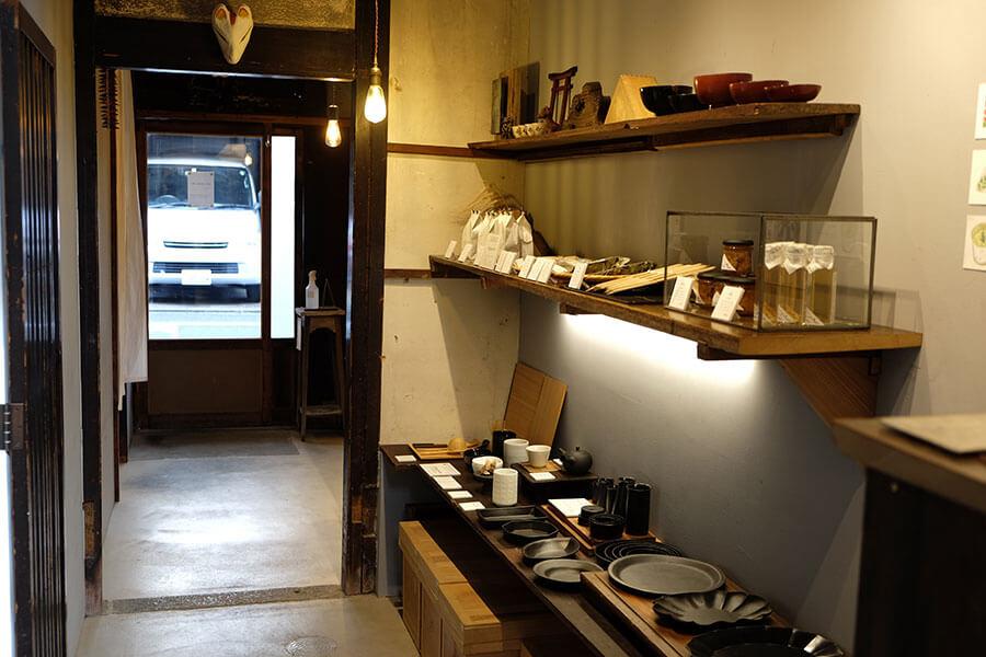 豆皿などの小道具や店がセレクトした雑貨が並ぶ
