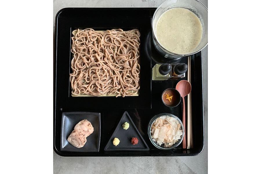 西木屋町店の名物料理「手織りそば」(1800円)は、丹波産黒豆を練り込んだオリジナルのそばを使用、「AWOMBこころみ」では副菜の構成を変えて再登場