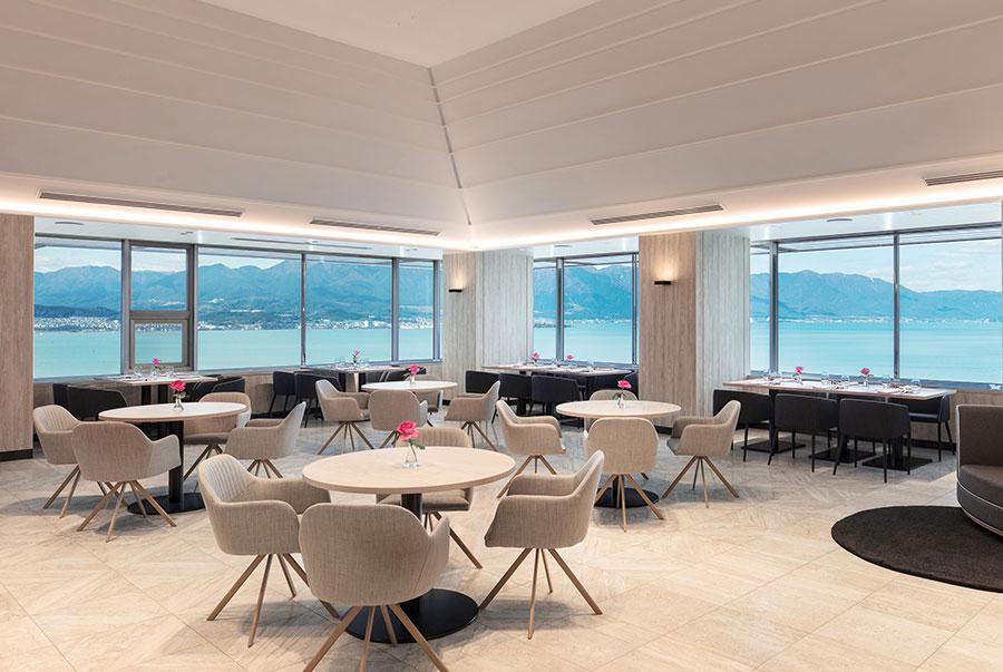 「Grill & Dining G」のセパレートエリアで提供。一歩中へ入ると、眼前には琵琶湖の景色が広がる