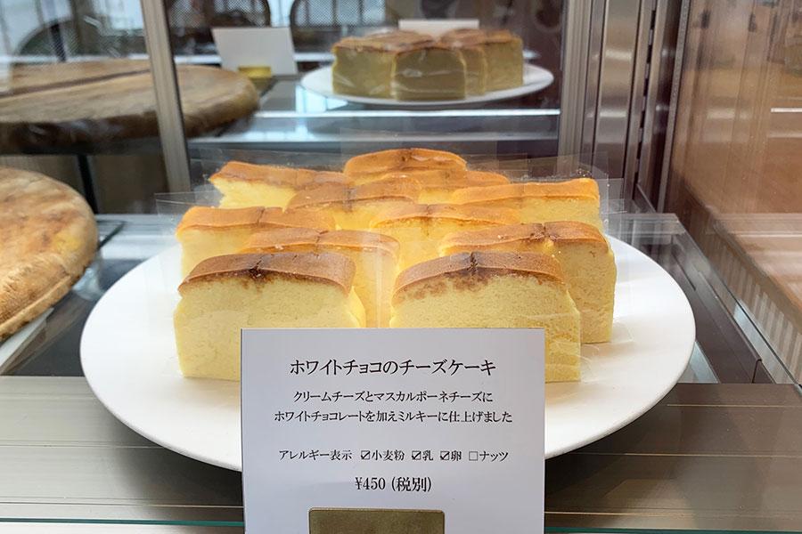 ショーケースには、チーズケーキ、シューアラクレームなど4種類の生菓子が並ぶ