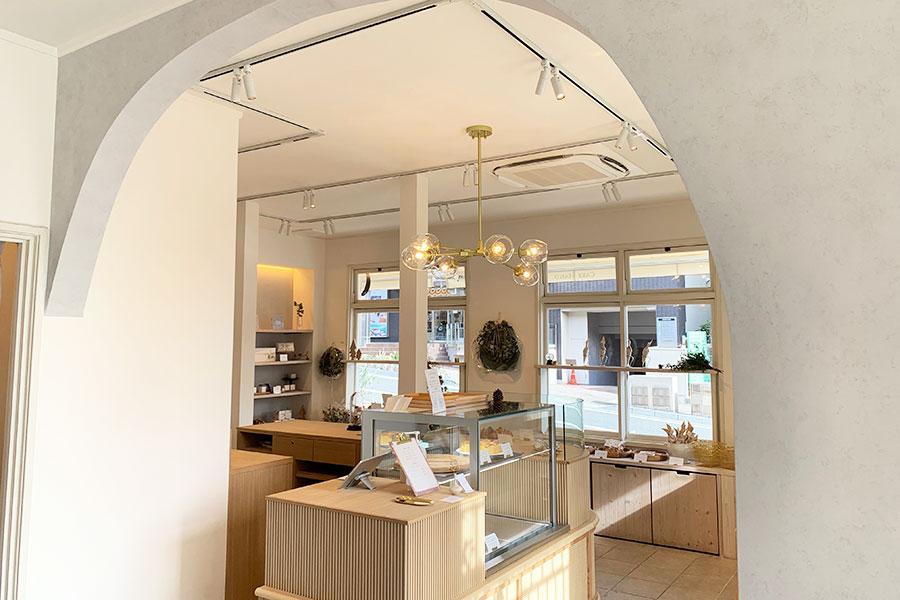 物販とカフェの空間の間のアーチは寄砂さんのこだわりインテリア