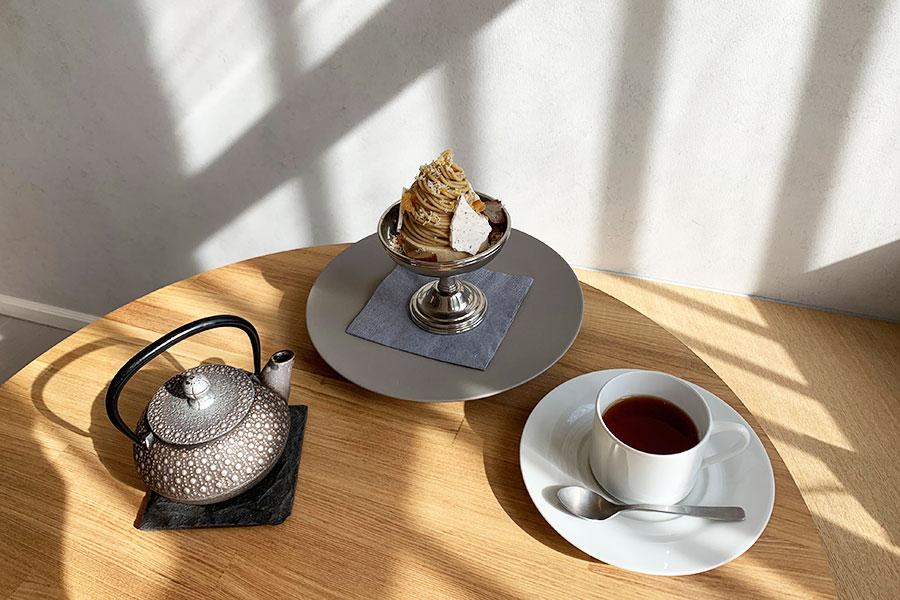 イートイン限定の「モンブラン」1400円(税別)、南部鉄瓶で淹れてくれる紅茶(アッサム)600円