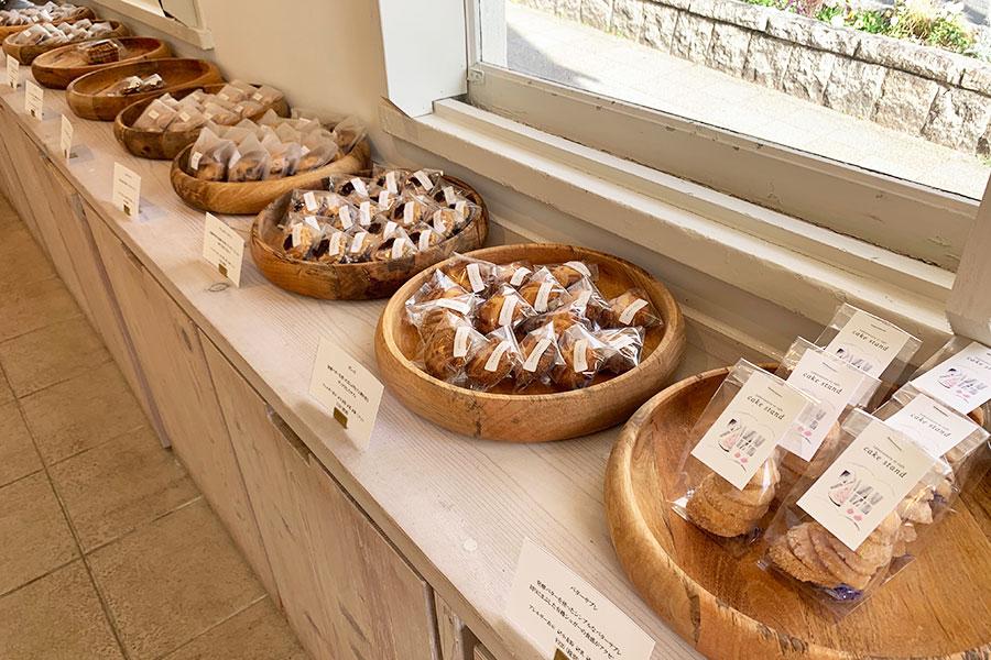 窓辺に並ぶクッキー類は、ガレット、ゴルゴンゾーラとクルミのサブレ、バターサブレなど約10種