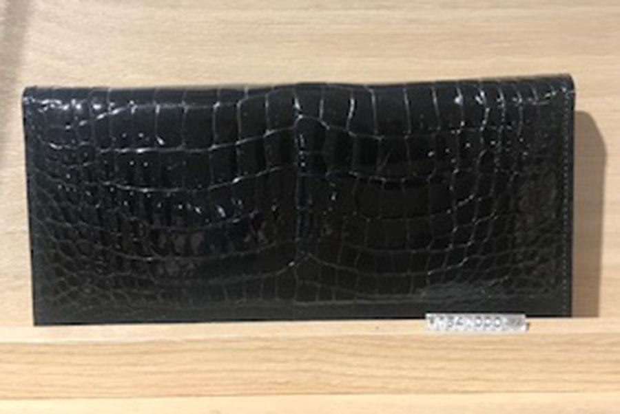 キプリスのクロコダイルの財布154000円(8階紳士雑貨売場)。ワニは一度噛んだら逃さないということから、ワニを使用すると金運に良いとされる