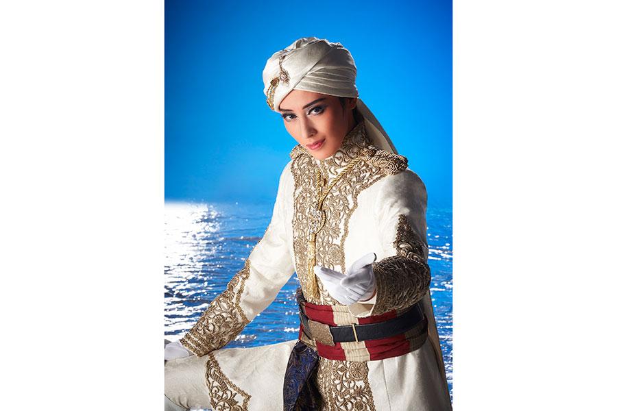 凛々しくも美しい表情にエキゾチックな衣装が映える、ラッチマン役の月城かなと。(C)宝塚歌劇団