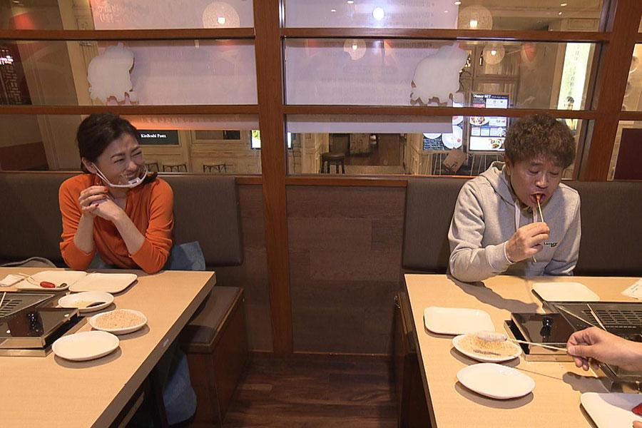 水谷千重子おすすめ! 串揚げ食べ放題のお店へ(左から中山美穂、浜田雅功)写真提供:MBS