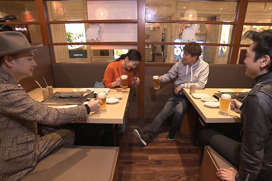 浜田の一言から4兄妹で乾杯することに(写真左から浜崎貴司、中山美穂、浜田雅功、岡田浩暉)写真提供:MBS