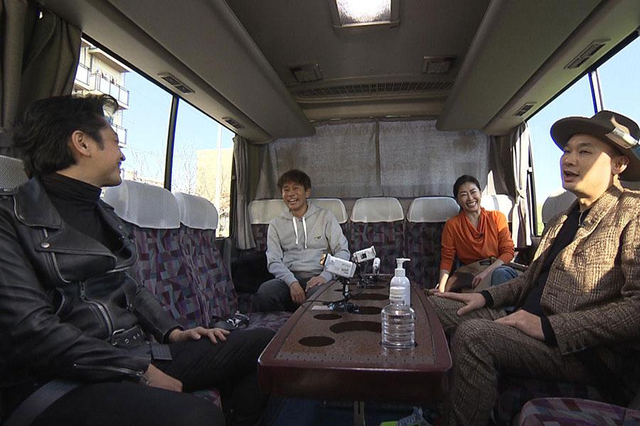 移動中のバスでトークも必見(写真提供:MBS)