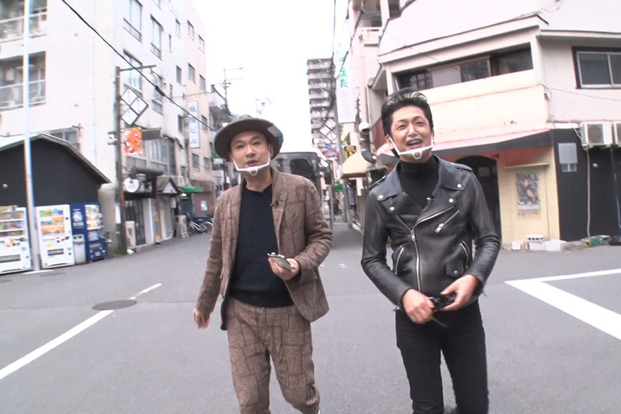 浜田は浜崎と岡田に強制的に買い出しを指示(左から浜崎貴司、岡田浩暉)写真提供:MBS