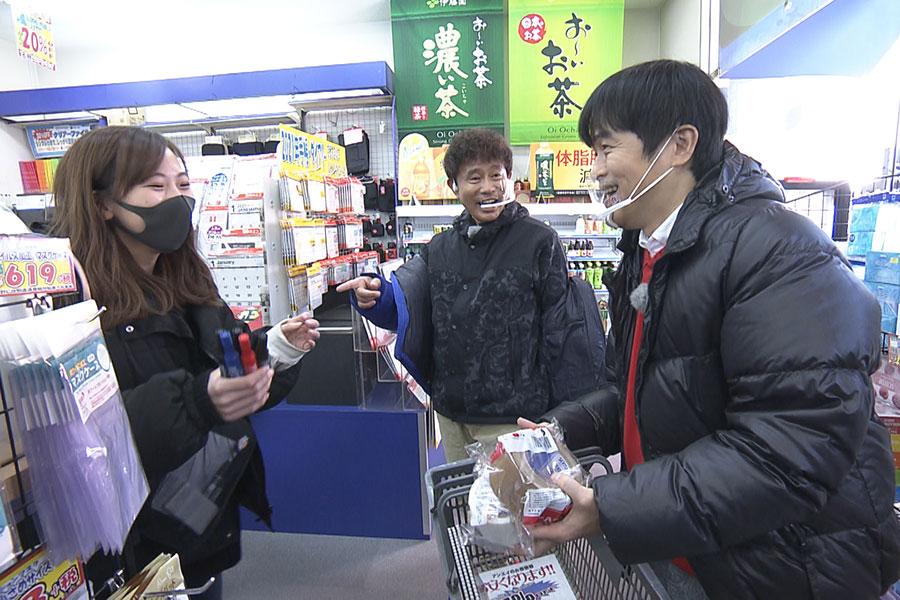 大型文具店でADがおねだりする『ごぶごぶ』ロケグッズを購入(写真提供:MBS)