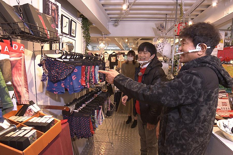店員から芸能人お墨付きのパンツを紹介してもらう2人(左からバカリズム、浜田雅功)写真提供:MBS