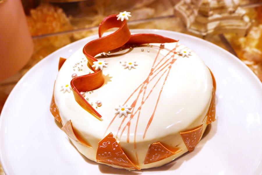 黒糖やライスクラッカーを使用し、和洋折衷な味が楽しめる「リズム&リボンケーキ」