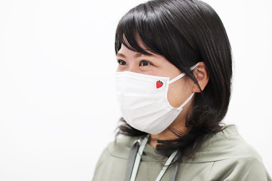 マスクに貼って楽しむ「キュートないちごシール」。柄は2種
