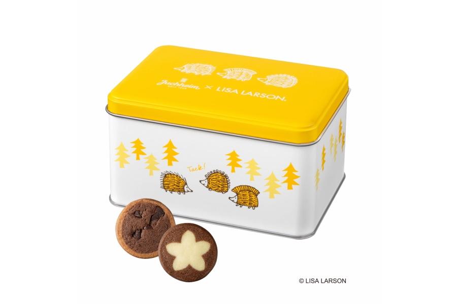 ハリネズミ3兄弟が森の中で遊んでいるイラストの缶入り「チョコレートクッキー」(10個入り・1404円)