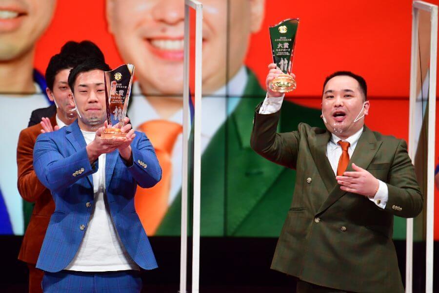 『第六回 上方漫才協会大賞』で大賞のミルクボーイ。内海は「感慨深い」と涙をぬぐった(1月11日・NGK)提供:吉本興業