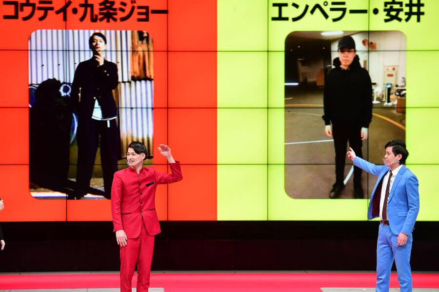 お互いの私服写真を前に並んで立つコウテイ・九条ジョー(左)とエンペラー・安井(1月11日・NGK)提供:吉本興業