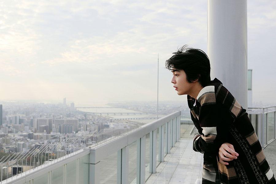 梅田スカイビル「空中庭園展望台」の屋上から景色をゆっくりと堪能した倉 悠貴