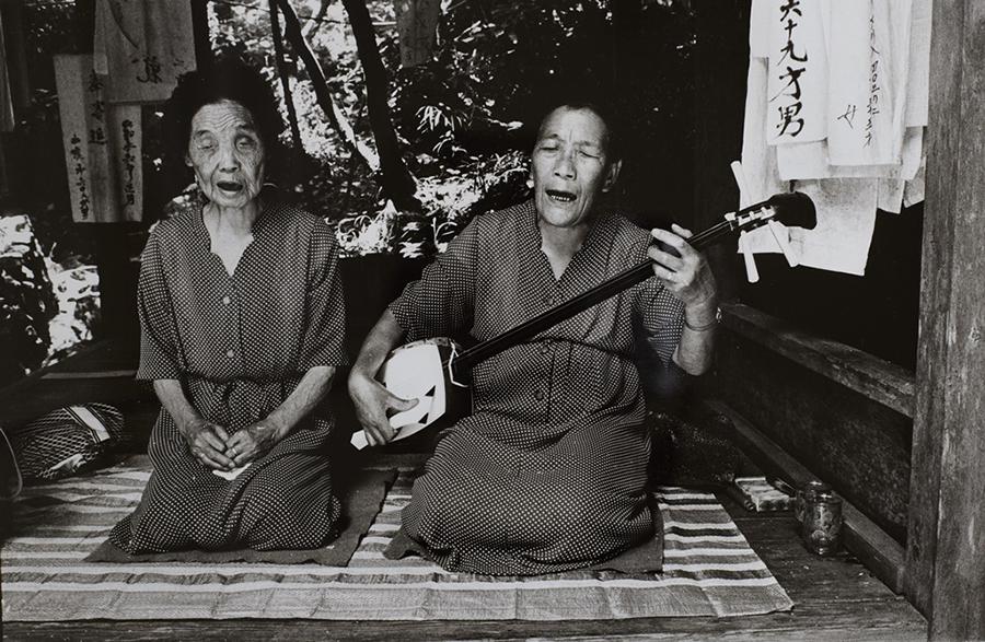 """橋本照嵩 筑紫平野をゆく""""こんかいさん""""九州瞽女 1981年"""