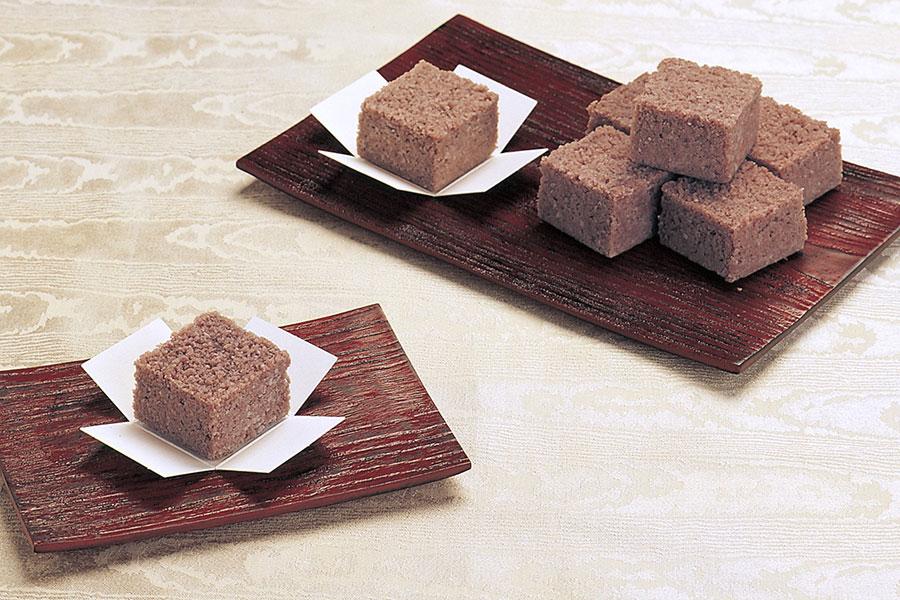 「むか新」の「むらしぐれ小函」(6個・1240円)。北海道十勝の契約農場で収穫された小豆と砂糖、米粉、餅粉を混ぜ合わせて蒸しあげた郷土菓子