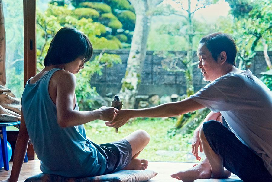 主演の倉悠貴と、祖父役のリリー・フランキー。(C)2020『夏、至るころ』製作委員会
