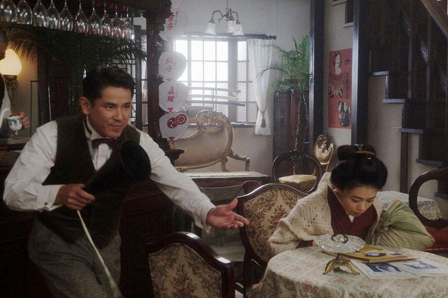 「カフェーキネマ」であるものを見つけた千代(杉咲花)と店長の宮元潔(西村和彦)、平田六郎(満腹満) (C)NHK