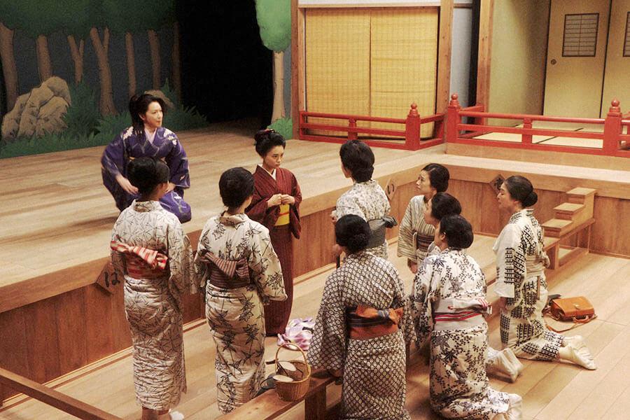 山村千鳥(若村麻由美)の前である決意をする千代(杉咲花) (C)NHK