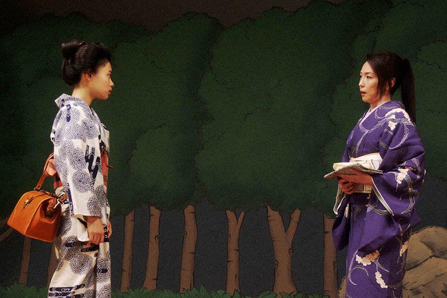 舞台稽古で山村千鳥(若村麻由美)から声をかけられる千代(杉咲花) (C)NHK