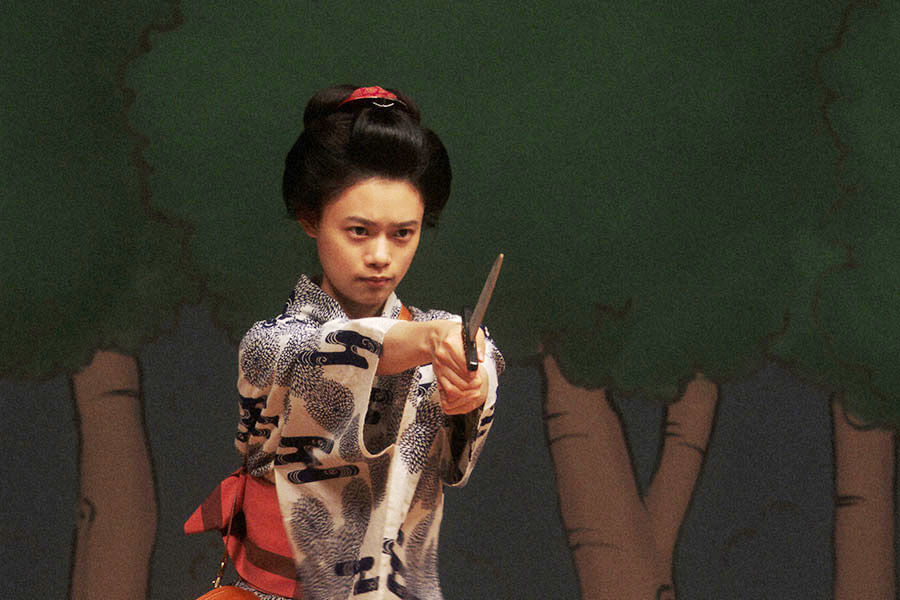 幻のシーンとなった聖剣を使うシーンの舞台稽古をする竹井千代(杉咲花) (C)NHK