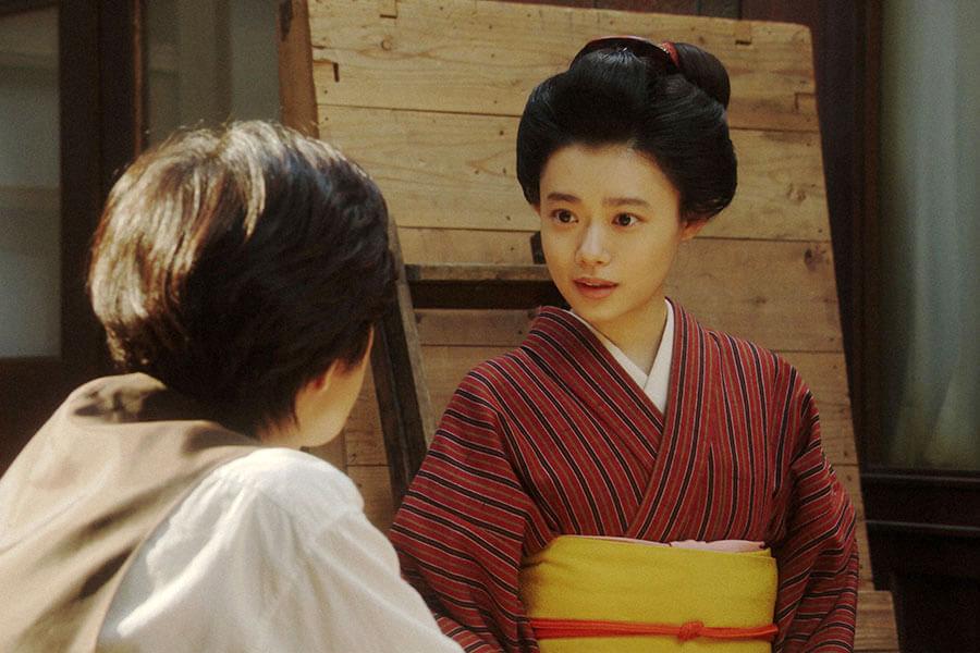 「鶴亀撮影所」の休憩場所で小暮と話しをする千代(杉咲花) (C)NHK
