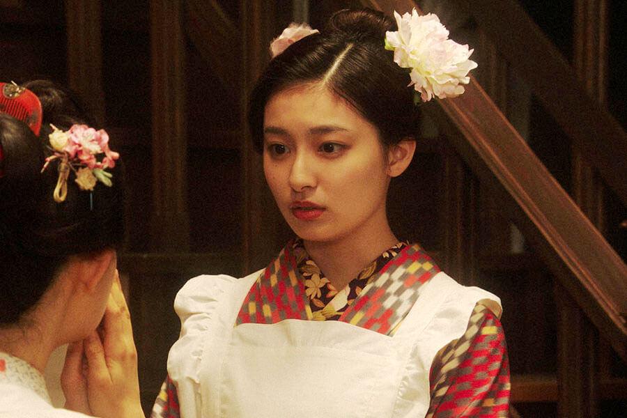 「カフェーキネマ」で千代(杉咲花)からあることをお願いされる宇野真理(吉川愛) (C)NHK