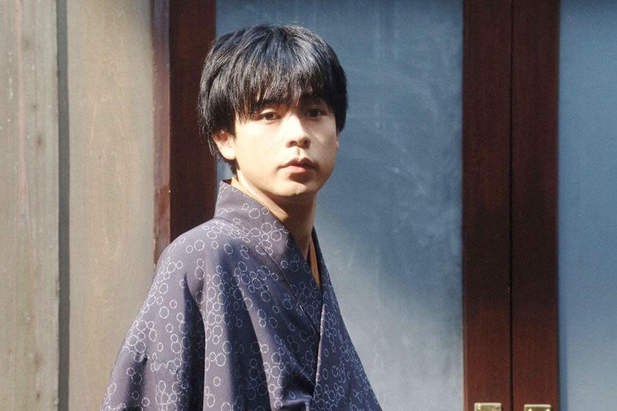 小暮真治にあることをお願いする千代を見る天海一平(成田凌) (C)NHK