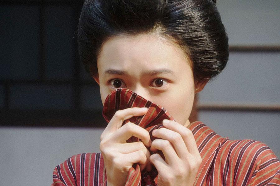 小暮にあるお願いをしていたところを一平に見られ、驚く竹井千代(杉咲花) (C)NHK
