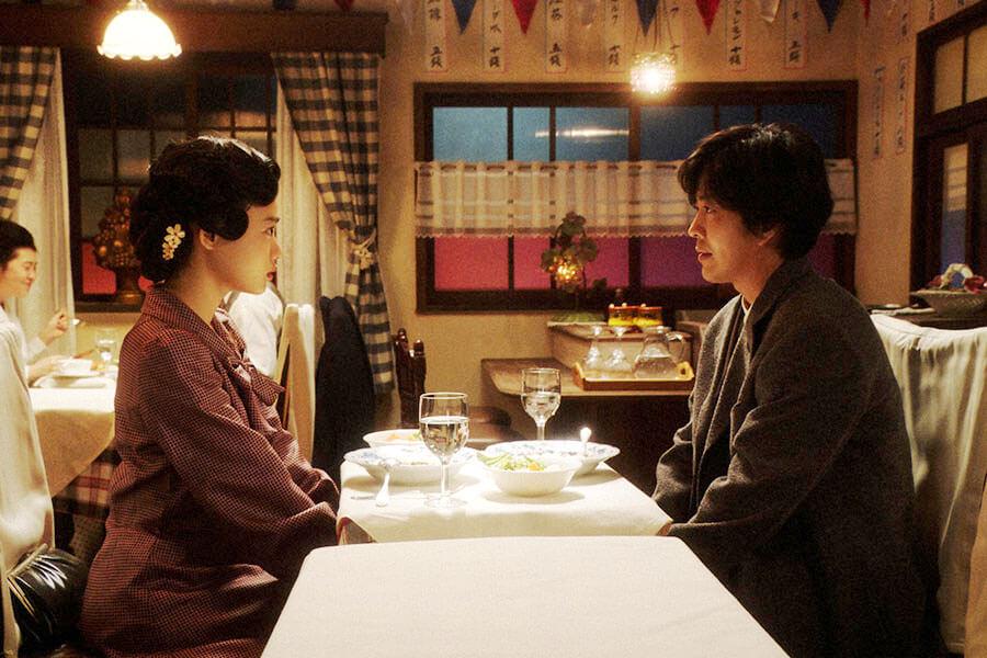 第33回より、洋食屋で小暮真治(若葉竜也)と話しをする千代(杉咲花) (C)NHK