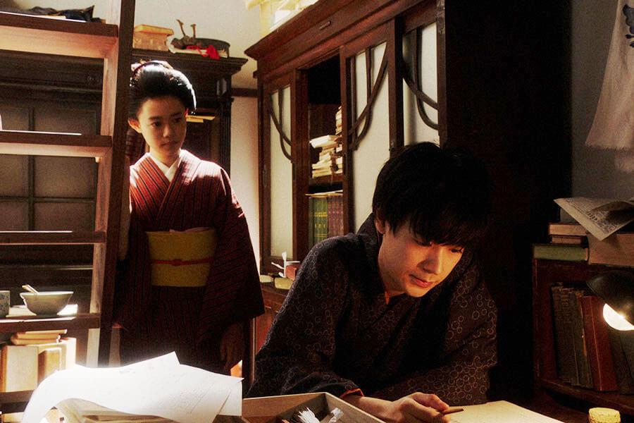 「鶴亀撮影所」の脚本部にいる天海一平(成田凌)と話をする竹井千代(杉咲花) (C)NHK