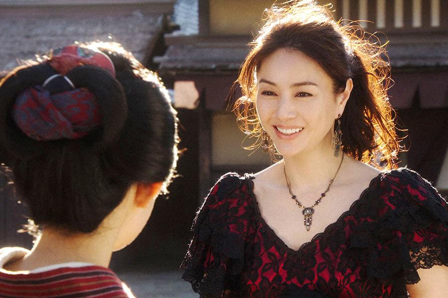 「鶴亀撮影所」で高城百合子(井川遥)と再会した千代(杉咲花) (C)NHK
