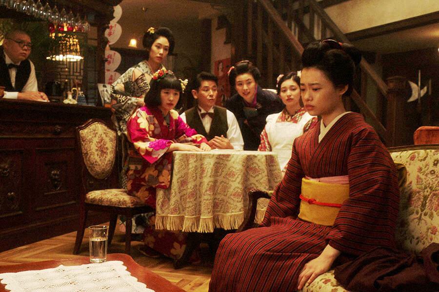 「カフェーキネマ」で百合子のおかげで役がもらえたことを話す千代(杉咲花)。左から、平田六郎(満腹満)、若崎洋子(阿部純子)、京子(めがね)、宮元潔(西村和彦)、純子(朝見心)、宇野真理(吉川愛) (C)NHK