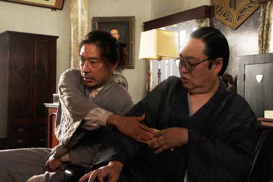 「鶴亀撮影所」で片金平八所長(六角精児)にあるモノを渡す竹井テルヲ(トータス松本) (C)NHK