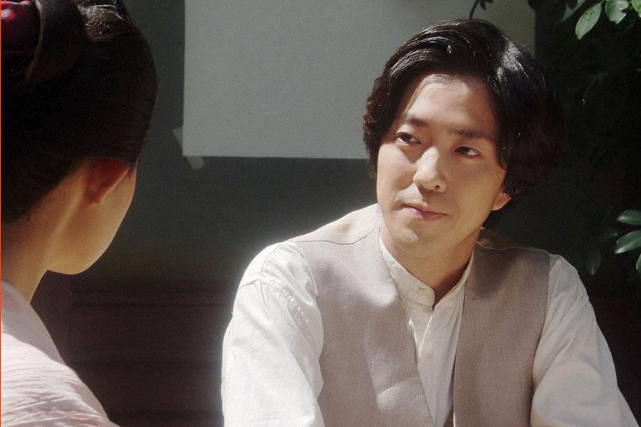 撮影所の休憩場所で千代と話しをする小暮真治(若葉竜也) (C)NHK