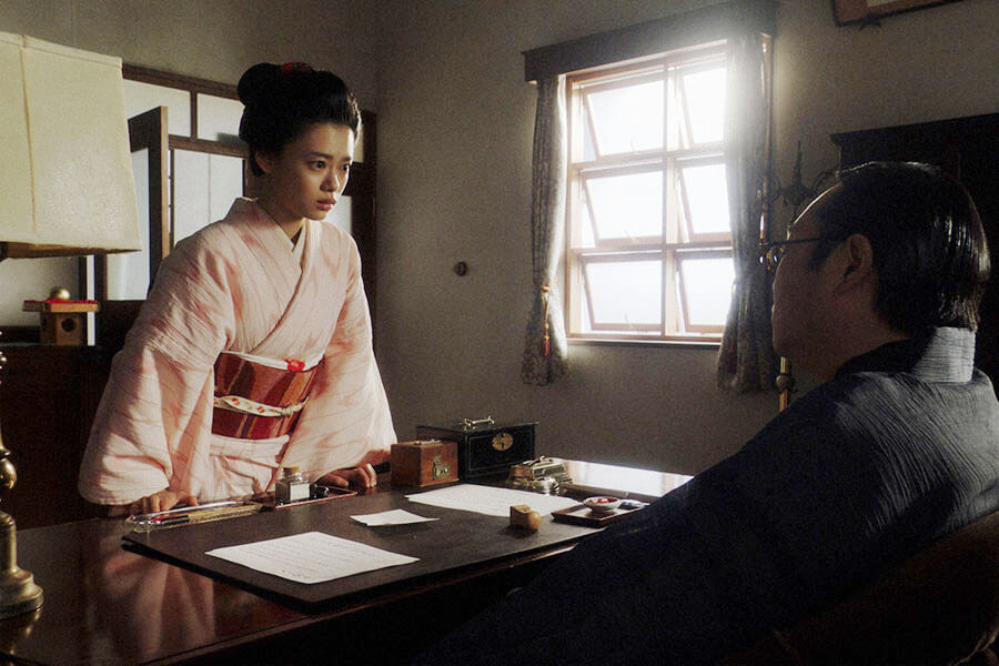 「鶴亀撮影所」の所長室であることについて片金平八(六角精児)を問い詰める千代(杉咲花) (C)NHK