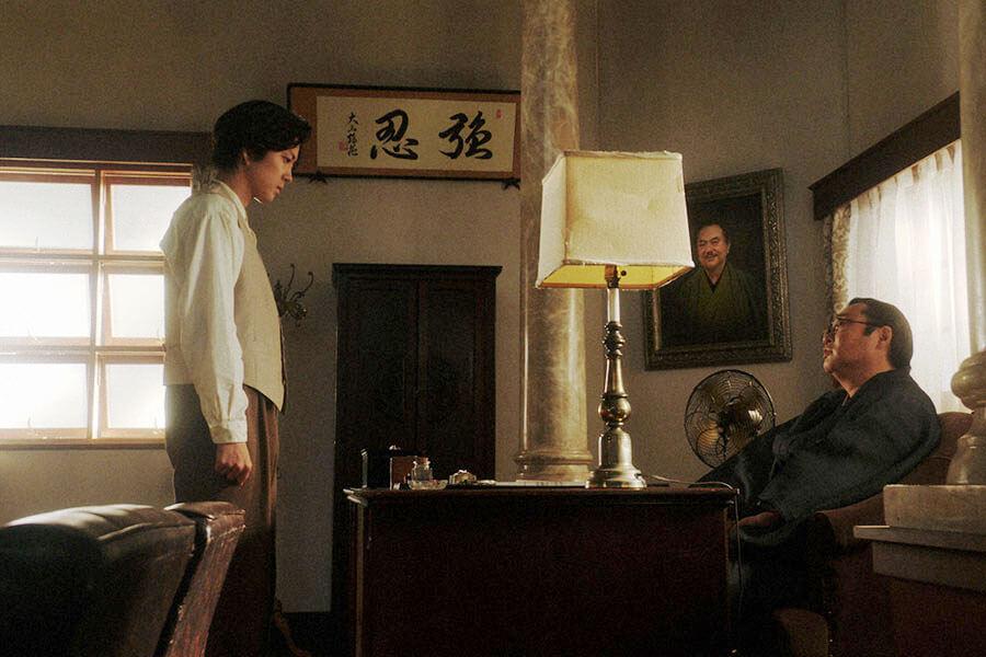 「鶴亀撮影所」の所長室で、小暮真治(若葉竜也)にあることを言う片金平八(六角精児) (C)NHK
