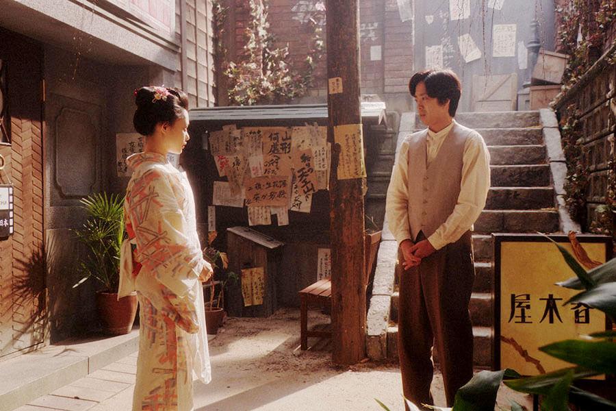 カフェー「キネマ」の表で千代(杉咲花)にあることを言う小暮真治(若葉竜也) (C)NHK