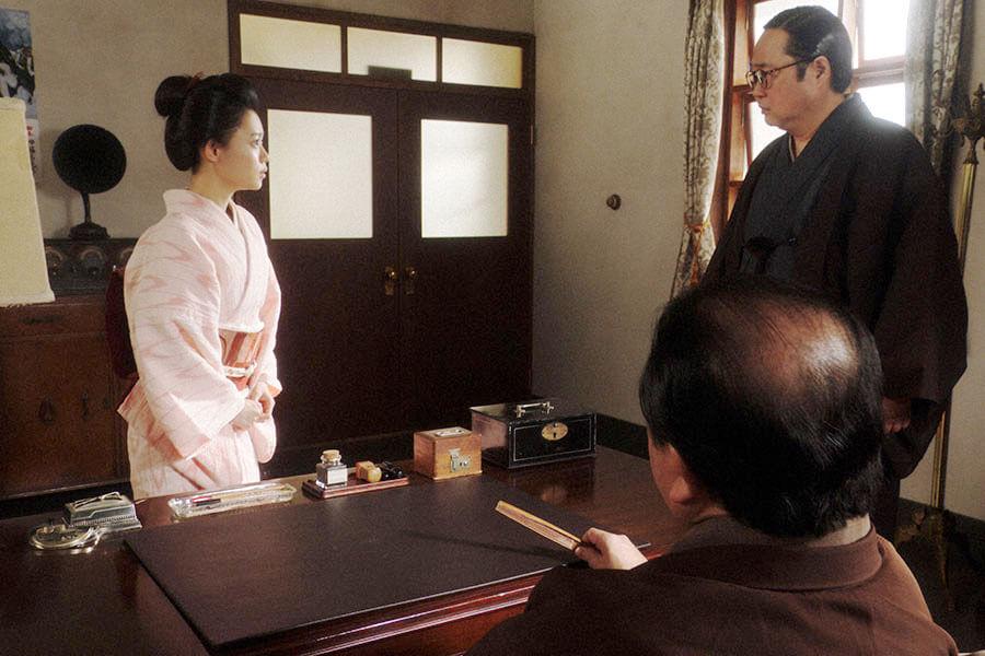大山鶴蔵社長(中村鴈治郎)が訪れている所長室で片金平八所長(六角精児)からあることを告げられる千代(杉咲花) (C)NHK