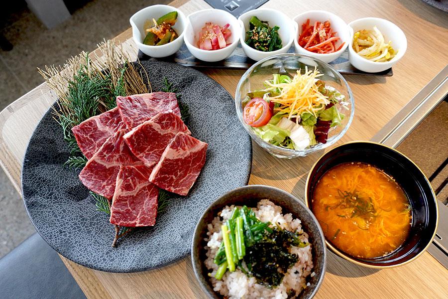 ハラミが名物の焼肉店、もうひとつの売りは大阪ミナミの絶景