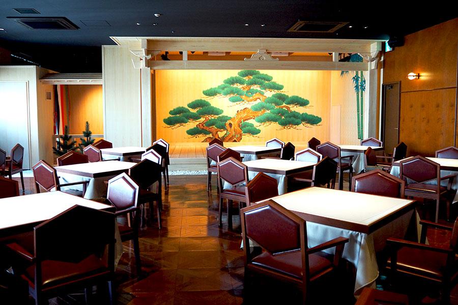 店内に能舞台を構え、食事をしながら能楽を楽しめる「三田屋本店 −やすらぎの郷−」